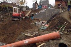 stavební práce u rodiného domu bagrem kubota