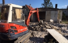 bagr kubota při demoliční práci
