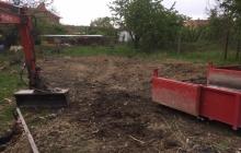 hrabání bagrem na zahradě