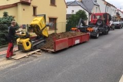 nakládání zeminy na korbu nákladního automobilu