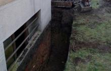 vybagrovaná díra pro zateplování domů