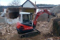bagr kubota při demolici zděné stavby