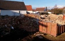zbytky suti po demolici budovy