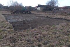 dokončování zemních prací na poli