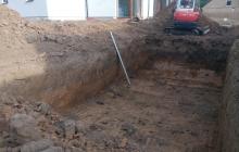 zemní výkop pracovní plochy pro položení základů